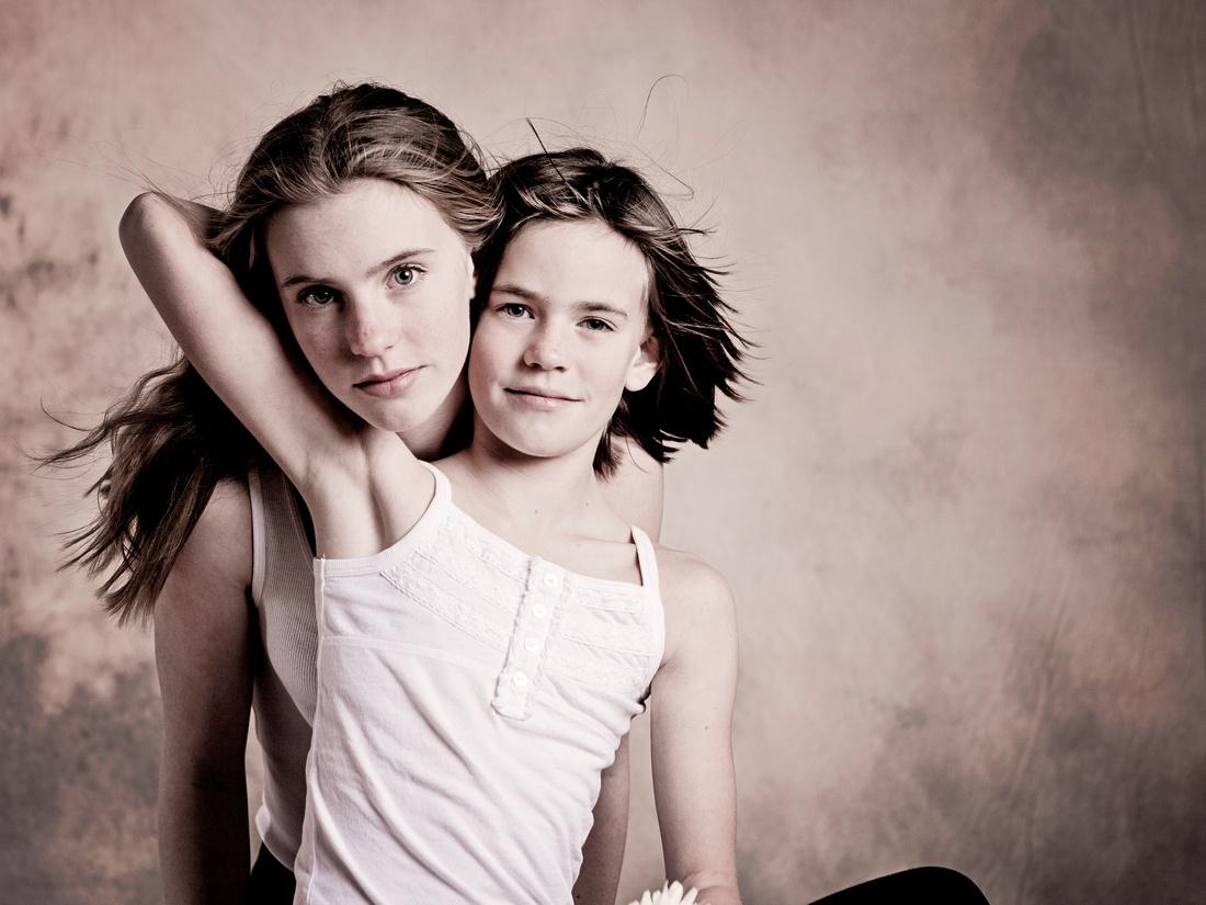 Astrid & Ella 40x30